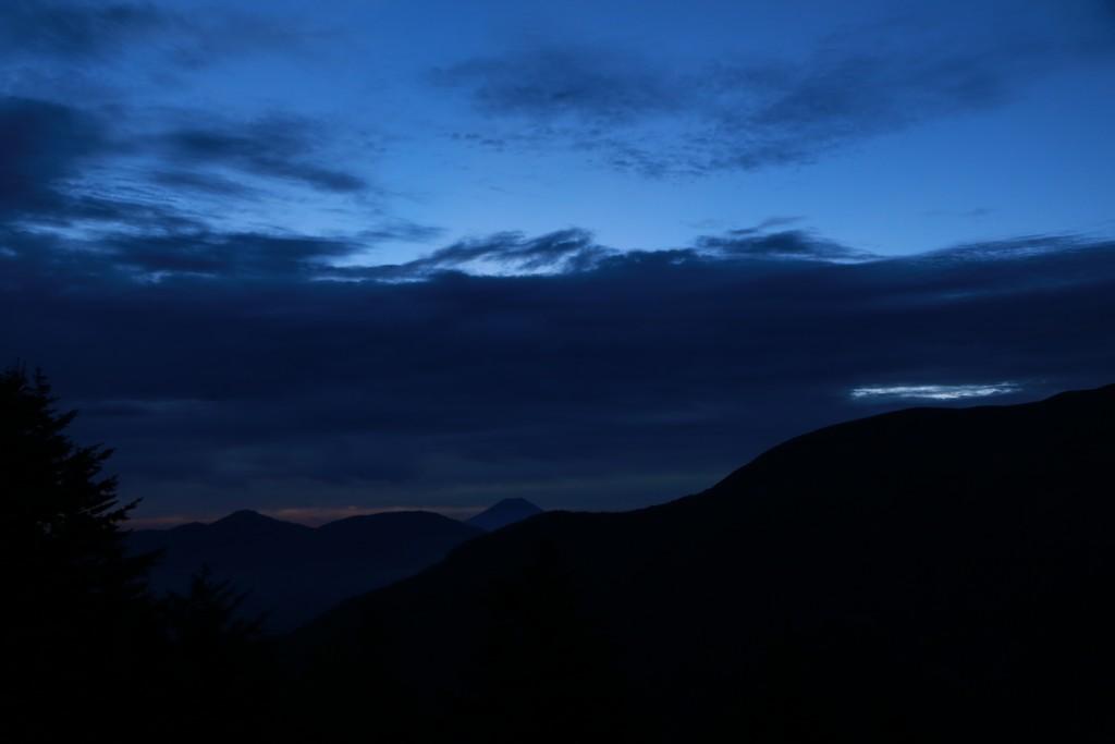 夜明け前で見える山は?