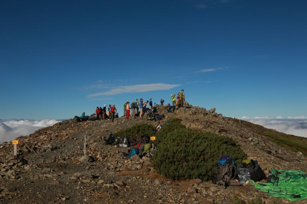 聖岳頂上に立つ登山者