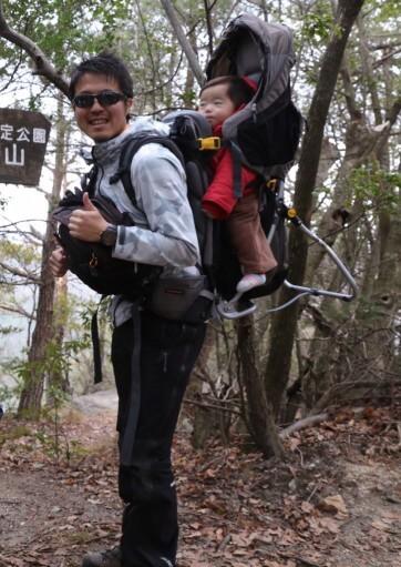 子供を背負って登山