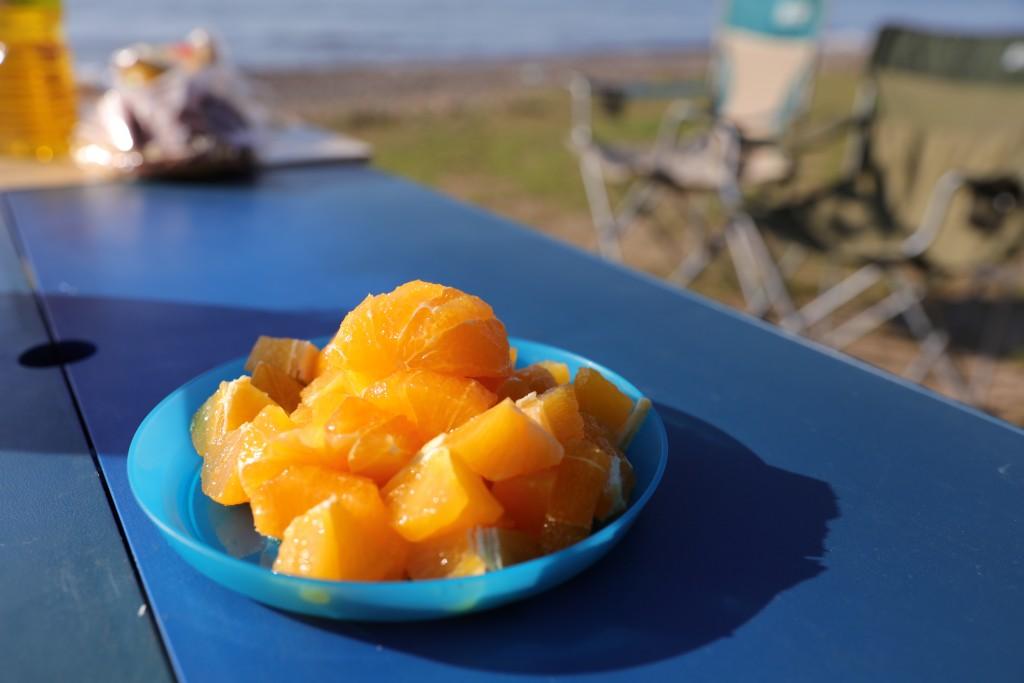 高木浜オートキャンプ場 ビーチで朝食(オレンジ)