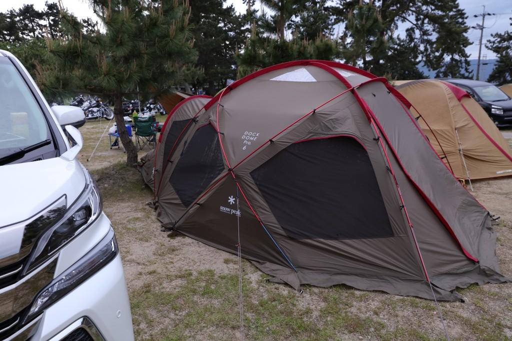 車を暴風壁にしてテント設営