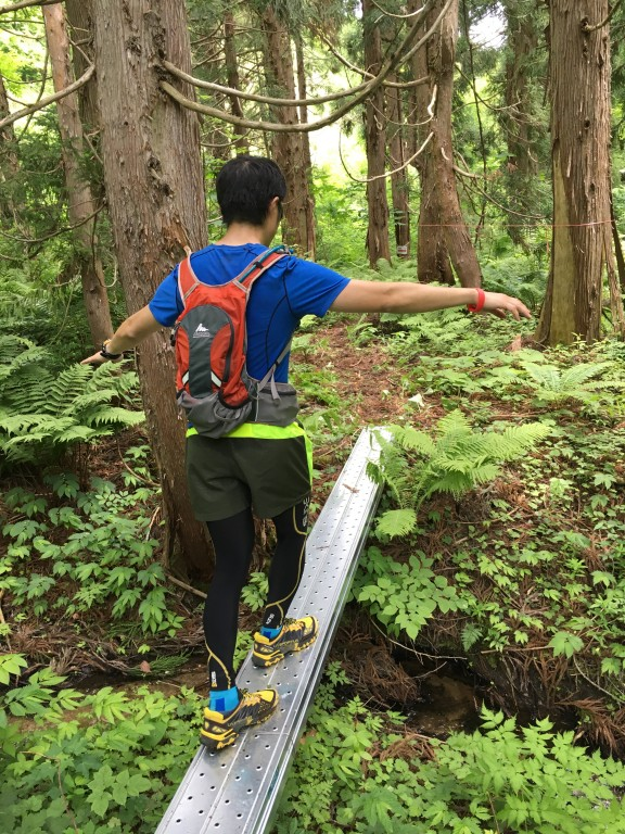 奥飛騨トレイルラン ブナ林コース内橋を渡る