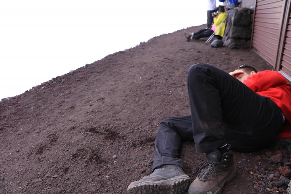 元祖七合目で眠るセバスチャン