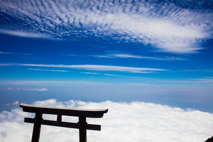 富士山頂上の鳥居と雲海