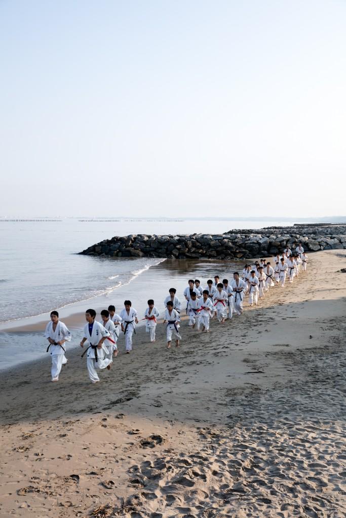 早朝稽古 砂浜をランニング