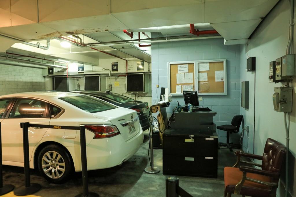 ハーツレンタカー ハイアット・リージェンシー・ワイキキ・リゾート&スパ 地下 レンタカー受取場所1