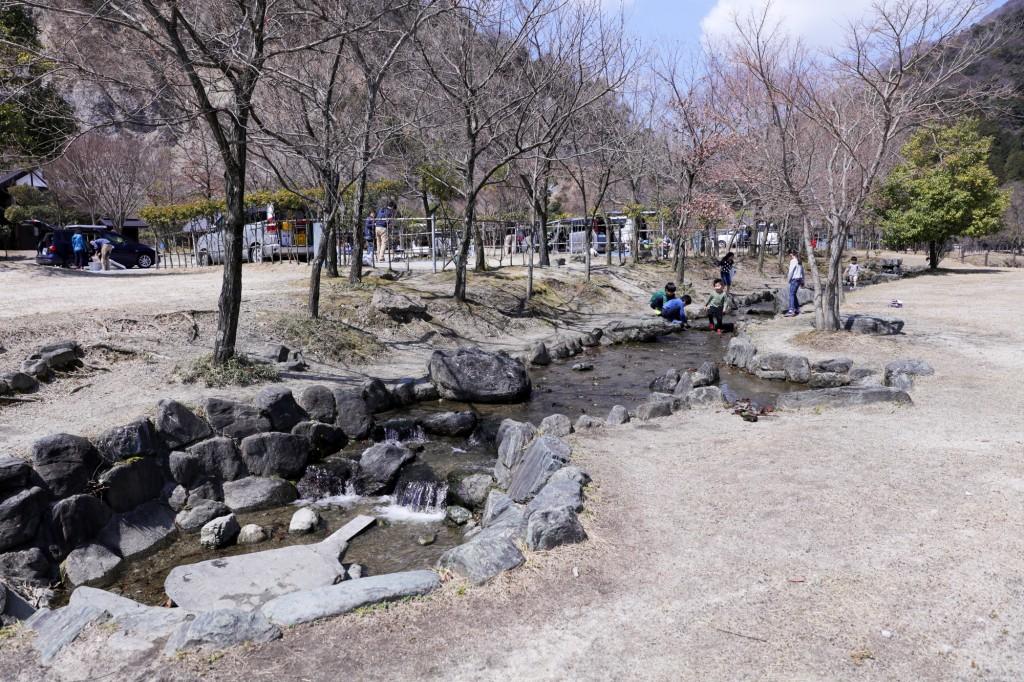 青川峡キャンピングパーク 水遊び小川