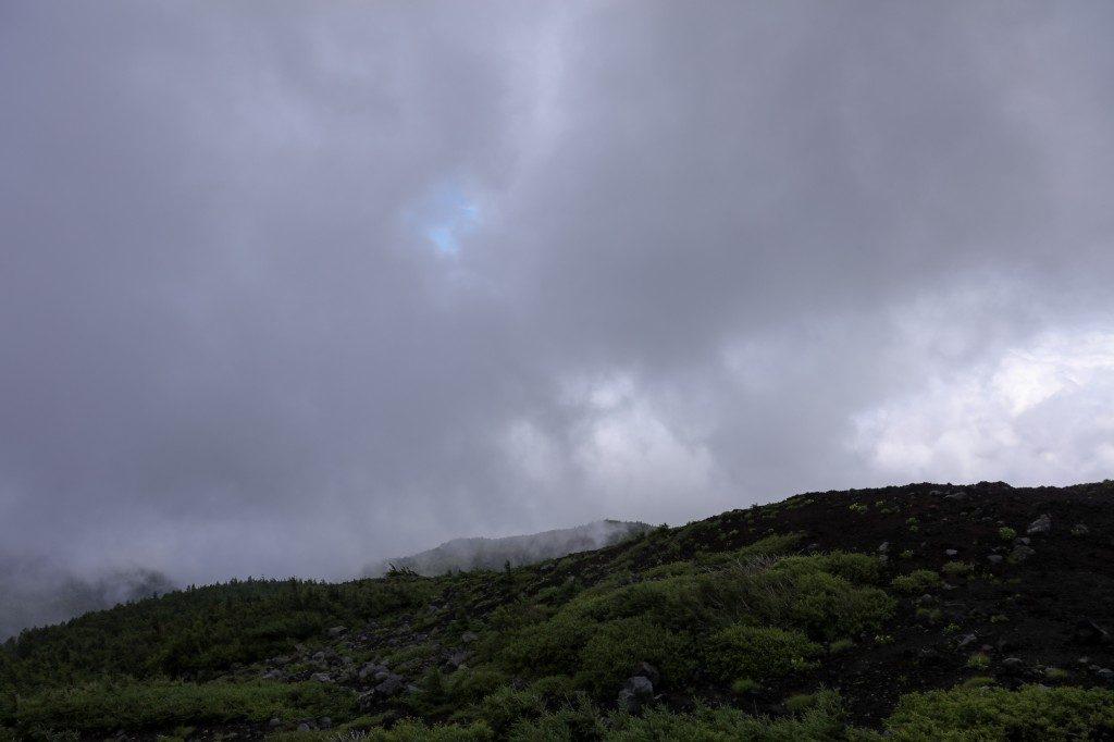 富士宮口 六合目から上を見上げる