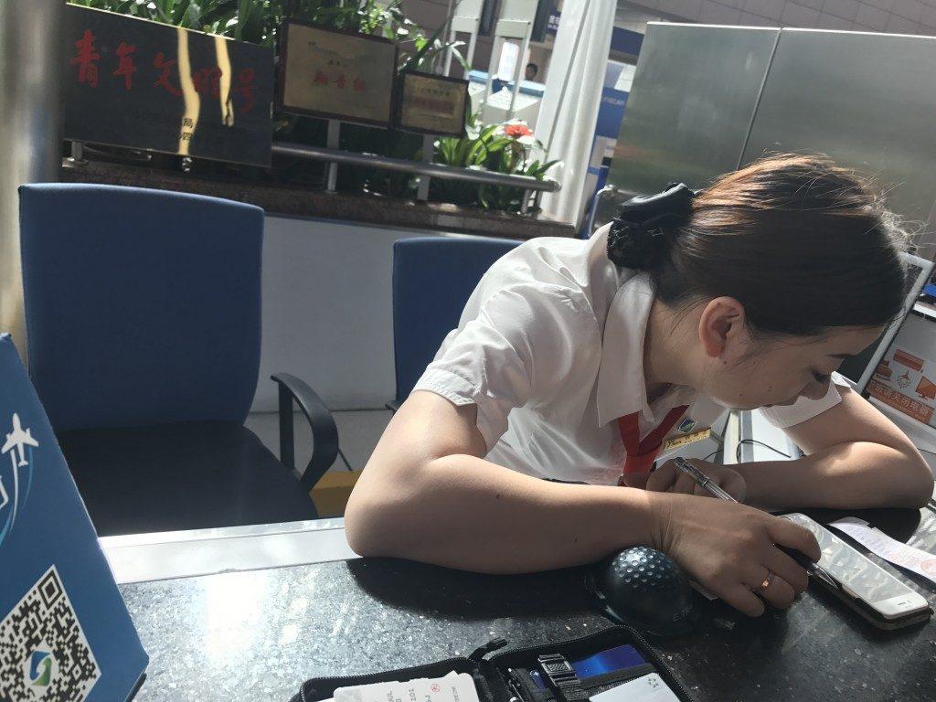上海浦東空港 インフォーメーションカウンターのお姉さん
