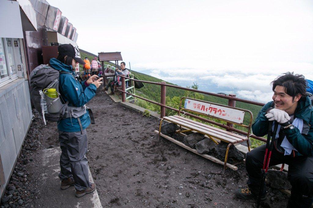 富士宮口 六合目 雲海荘のベンチがアーティスティック