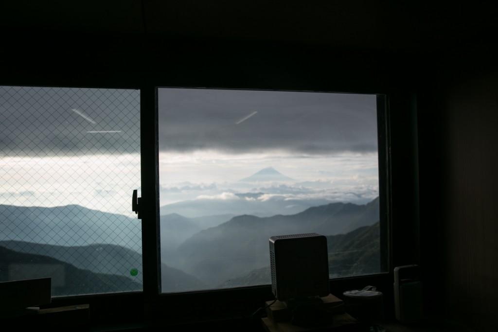 北岳山荘 食堂から富士山