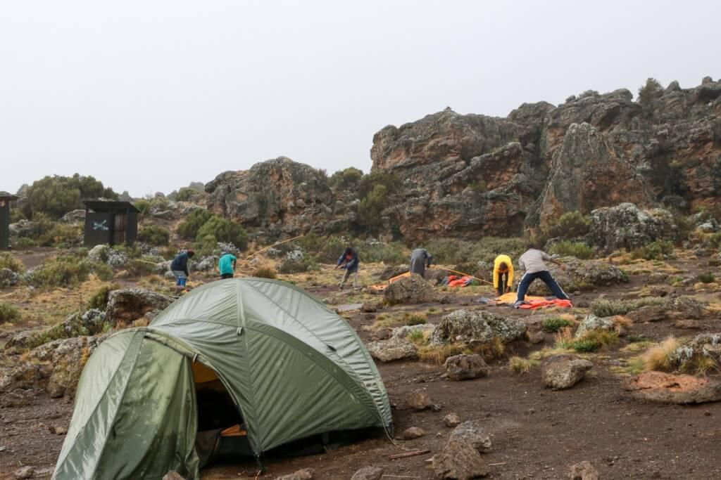 キリマンジャロ登山 ロンガイルート Third cave camp テント設営