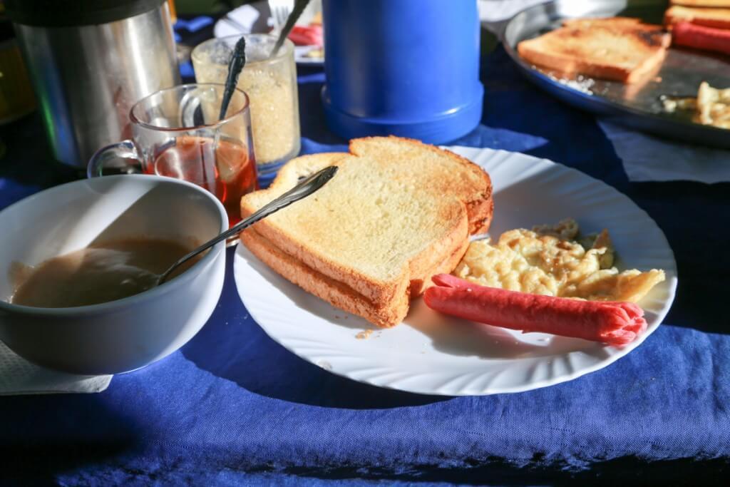 キリマンジャロ登山 ロンガイルート Third cave campで朝食