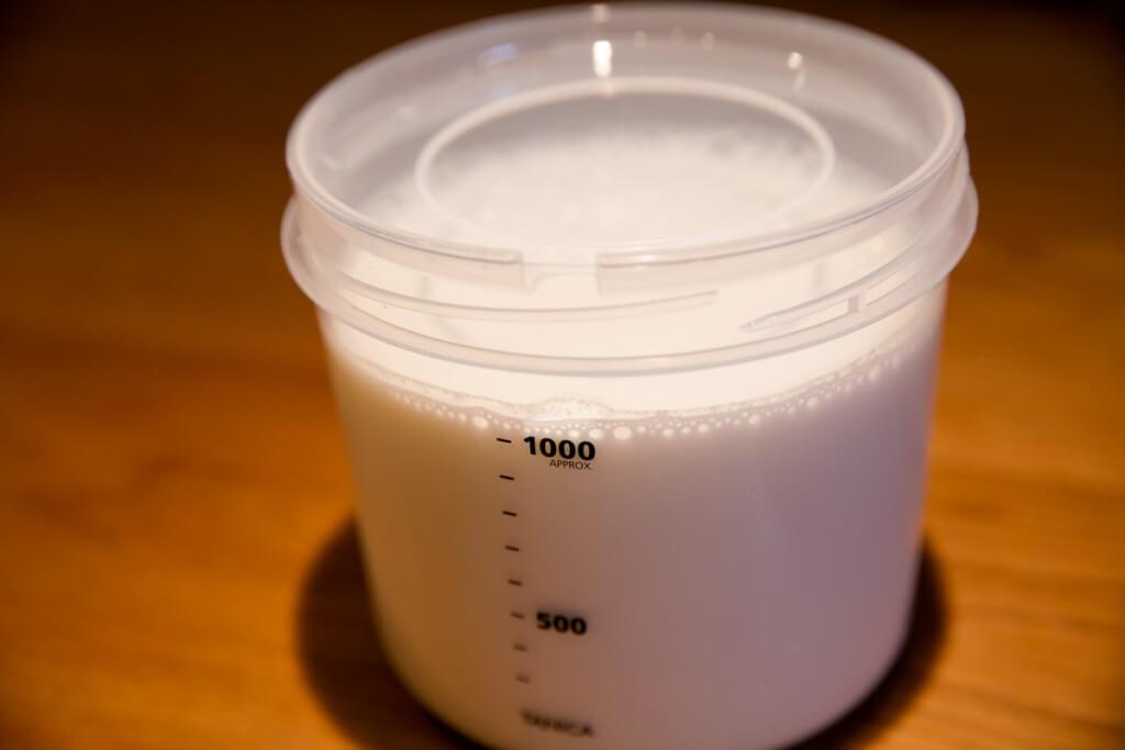 R-1ヨーグルトの作り方3 牛乳を全部注ぐ