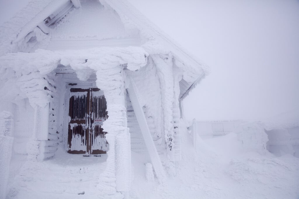 冬の伊吹山 山頂小屋
