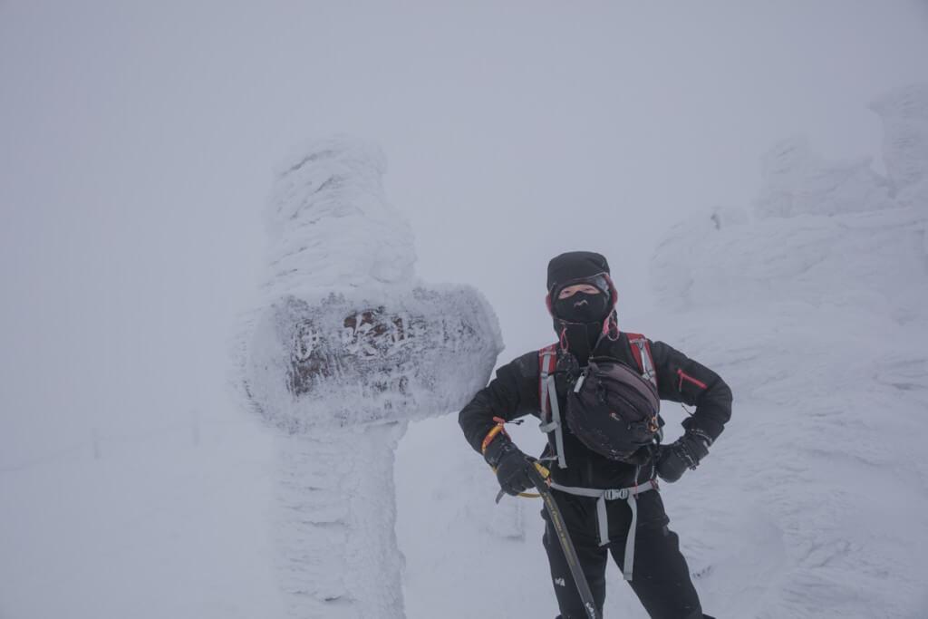 冬の伊吹山 山頂で記念撮影