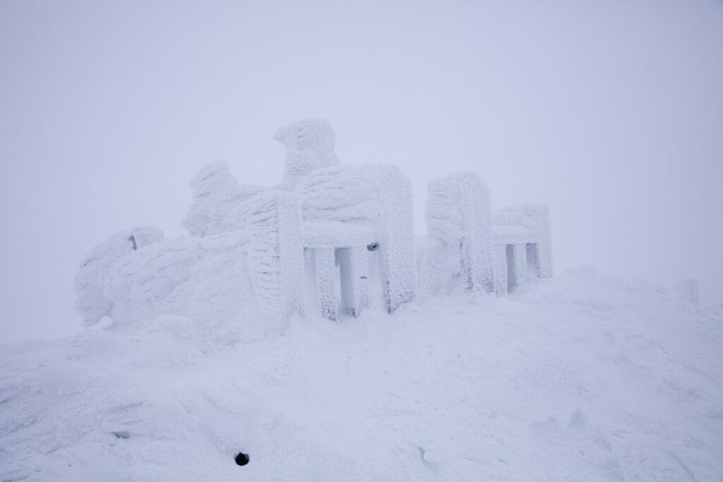 冬の伊吹山 山頂のヤマトタケル像