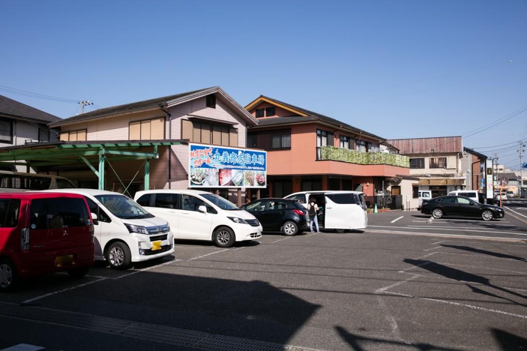 志摩オートキャンプ場近くの魚屋 丸義商店 駐車場