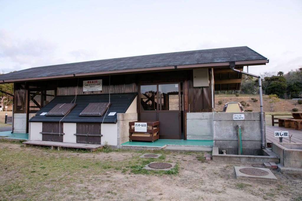 志摩オートキャンプ場 炊事棟 ゴミ置き場1