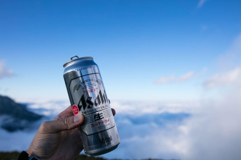 雲海の上でビール
