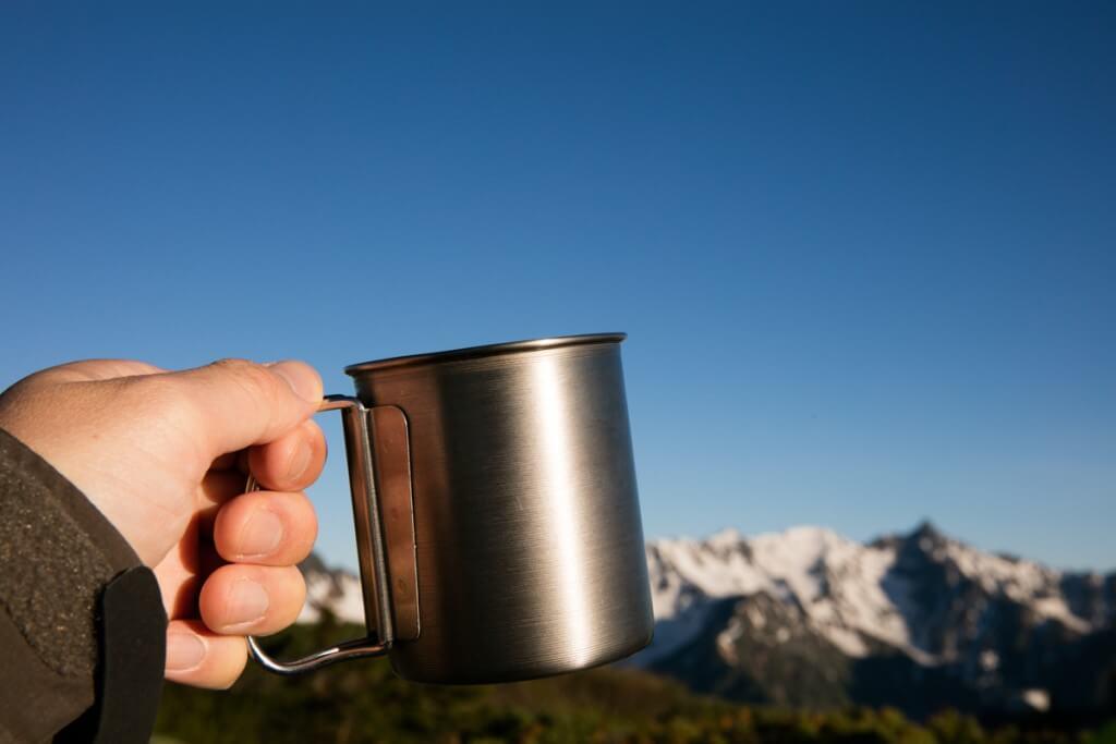 槍穂をバックにコーヒー