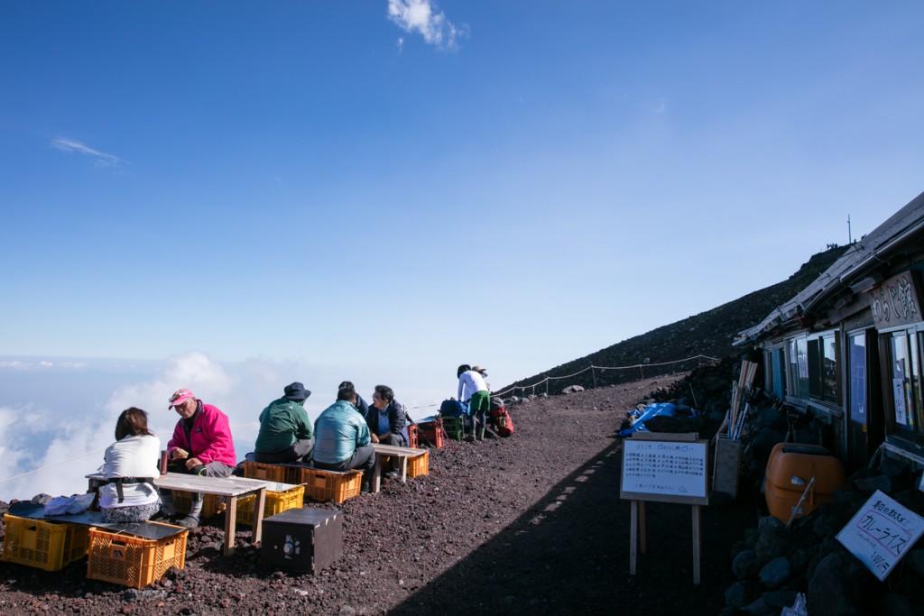 富士山御殿場ルート 山小屋 わらじ館 外テーブル