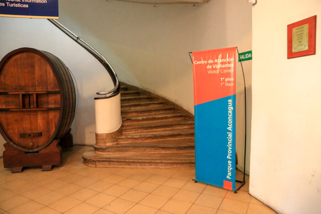 メンドーサ観光局2階への階段