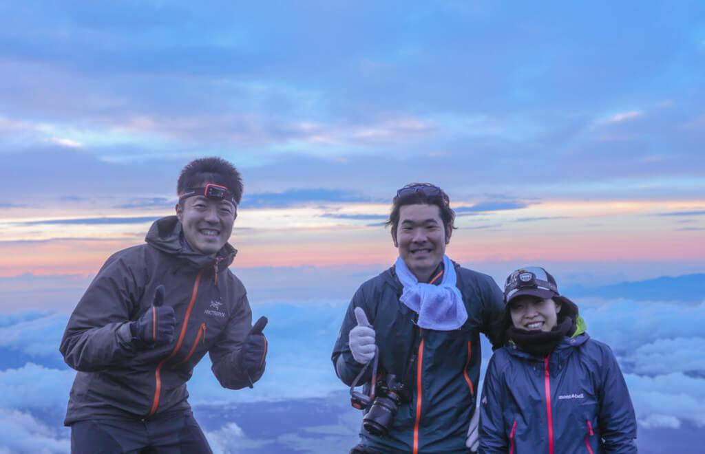 富士山山頂で顧客とy-hey