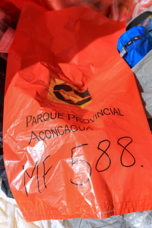 アコンカグア登山ベースキャンプ プラザ・デ・ムーラスでもらう袋