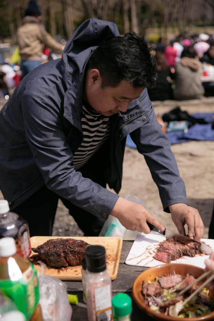 肉を切るケイイチさん