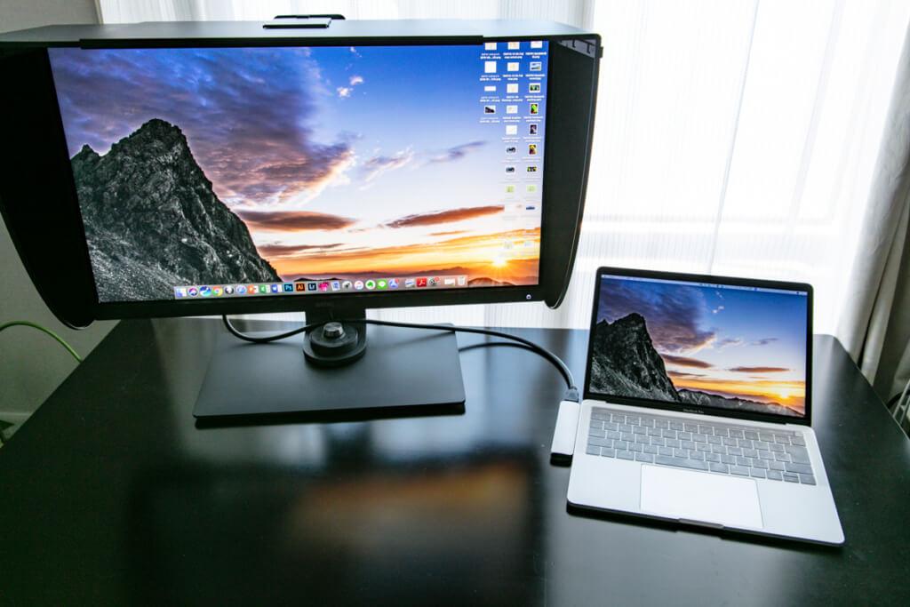 BenQ SW270C とMaxBook Pro