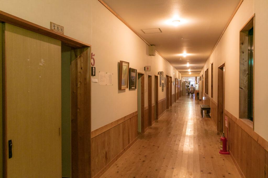 和歌山県新宮市 小口自然の家 廊下 夜
