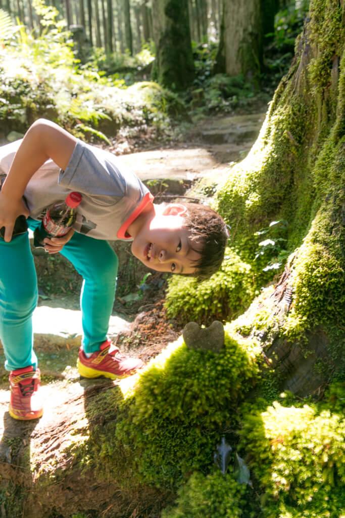 和歌山県新宮市 桑ノ木の滝 ハイキングコースにあるハートの岩と長男