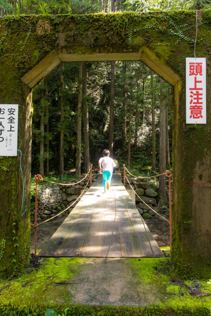 和歌山県新宮市 桑ノ木の滝 ハイキングコースの吊り橋