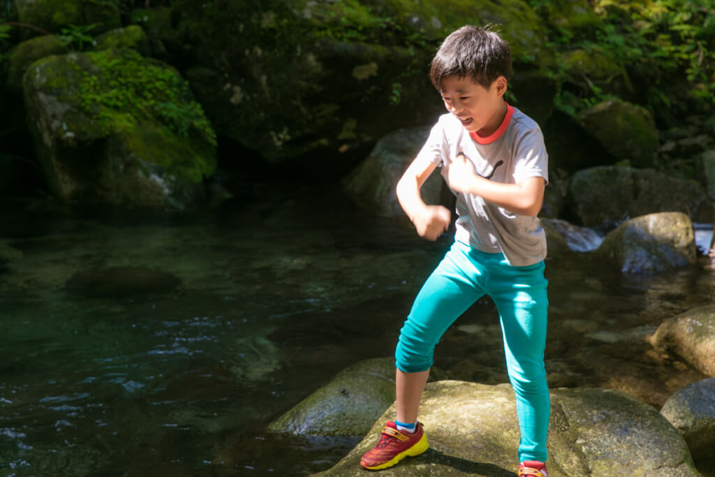 和歌山県新宮市 桑ノ木の滝ではしゃぐ長男