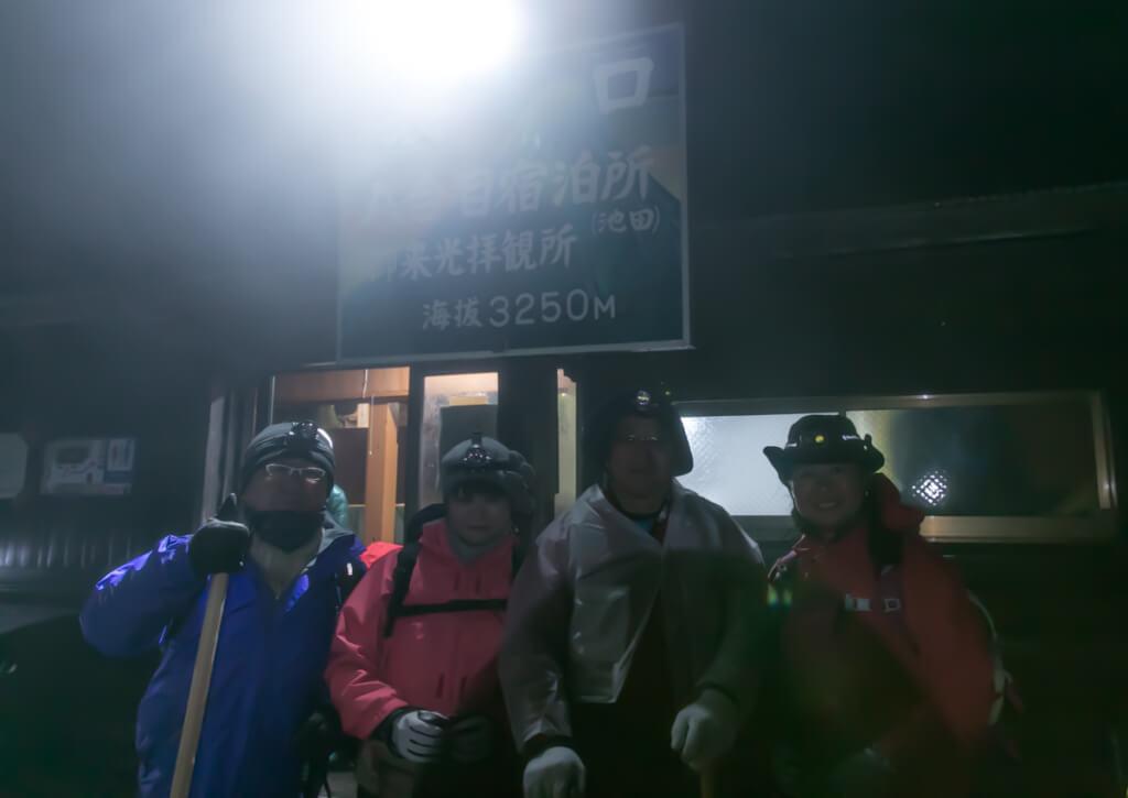 富士山富士宮口 八合目 池田館を出発