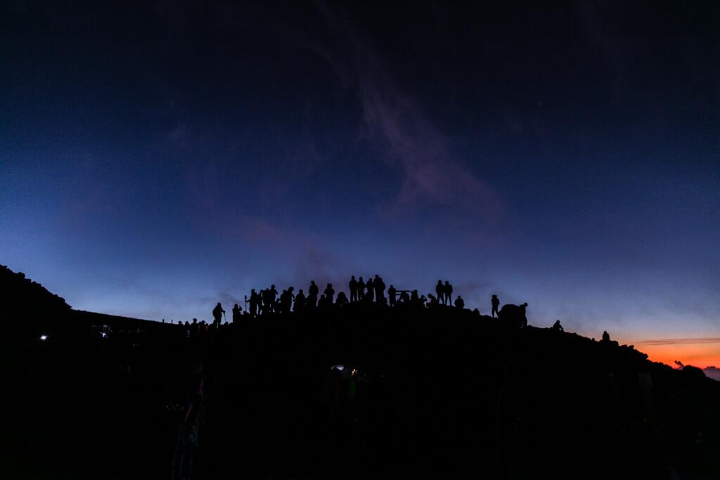 富士山富士宮口 夜明け前の頂上1