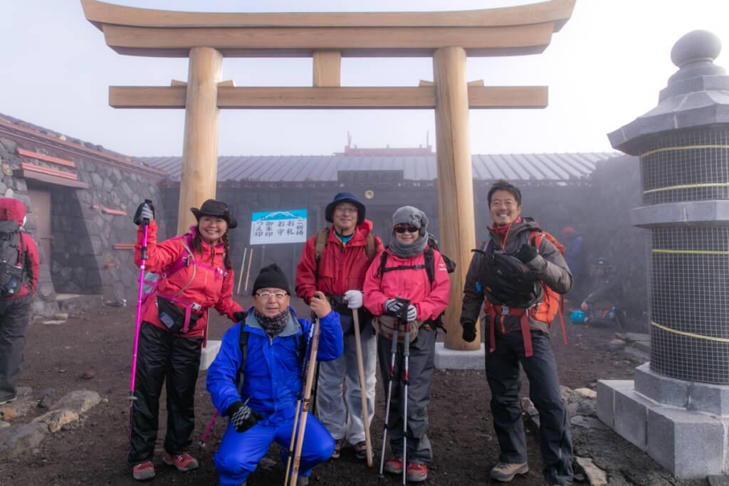 富士山富士宮口 頂上の鳥居で記念撮影