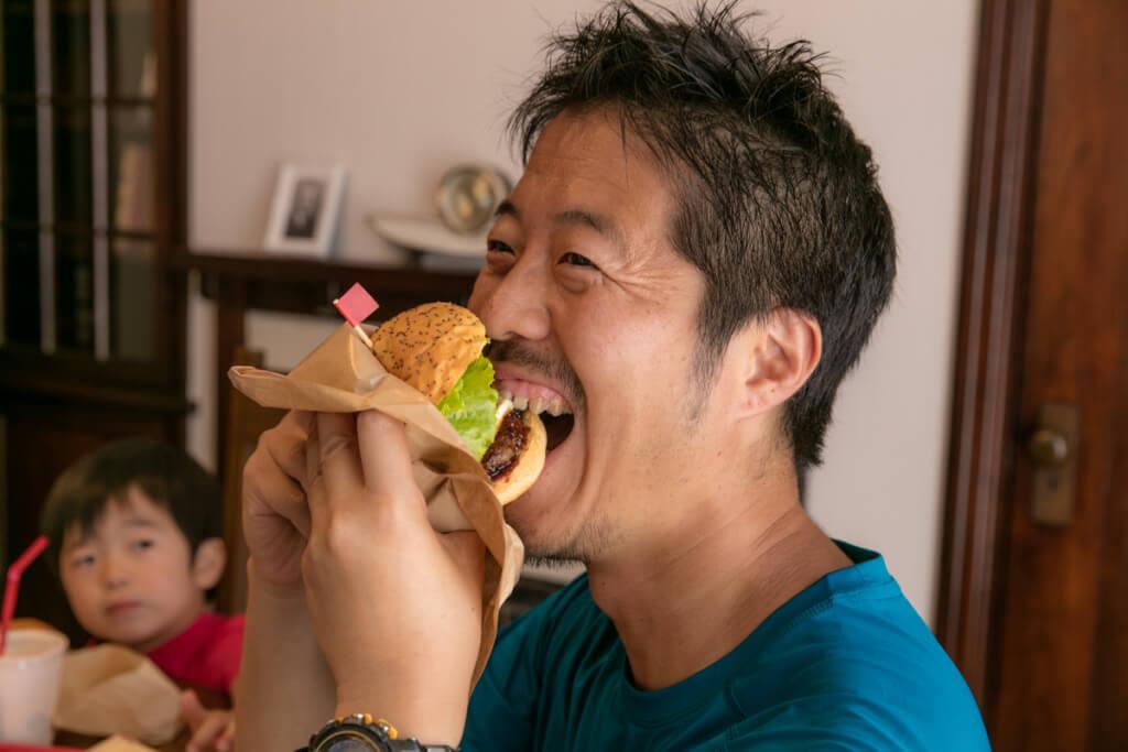 バーガーを食べるy-hey