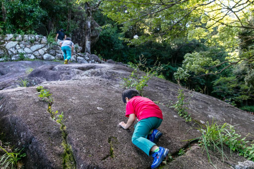 和歌山県新宮市 神倉神社 拝殿付近の岩