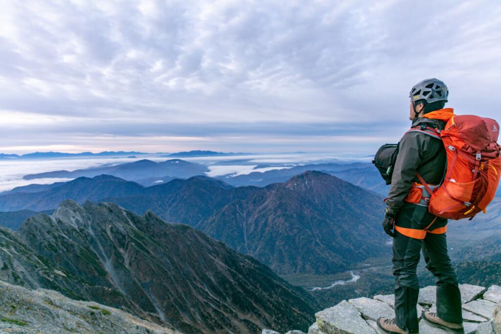 奥穂高岳山頂から明神岳、霞沢岳、中央アルプスを見るy-hey