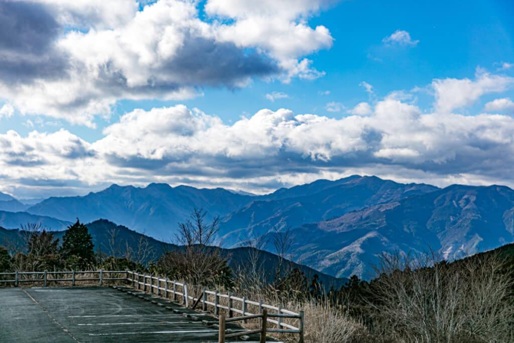 北総門山山頂から竜頭山、白倉山、迷岳を望む