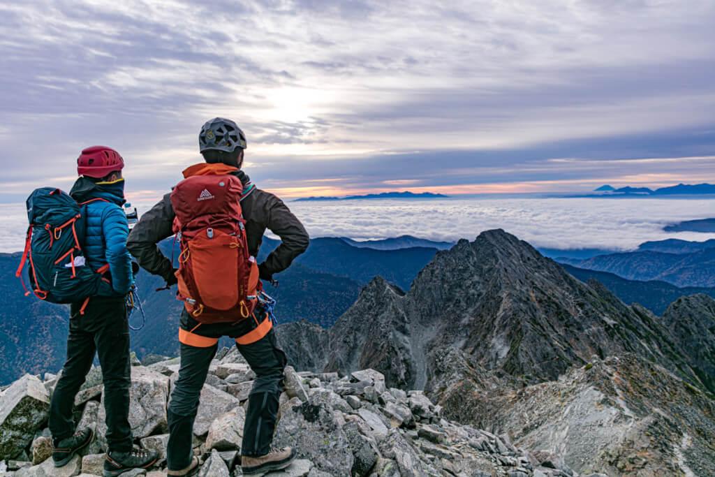 奥穂高岳から前穂高岳を見下ろす