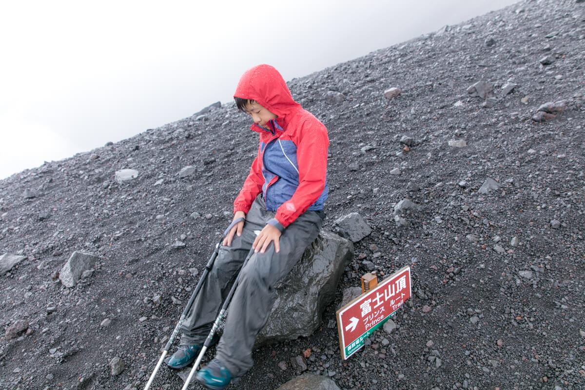 富士山 宝永山への道で疲れる子供