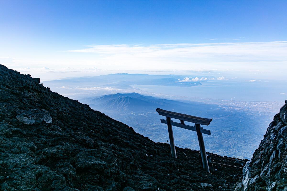 富士山富士宮口 山頂の鳥居と駿河湾